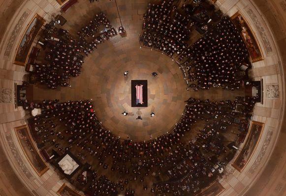 De kist met de Amerikaanse vlag eroverheen gedrapeerd, waarin oud-president George H.W. Bush ligt opgebaard in de Rotunda van het Capitool, tijdens een herdenkingsceremonie.