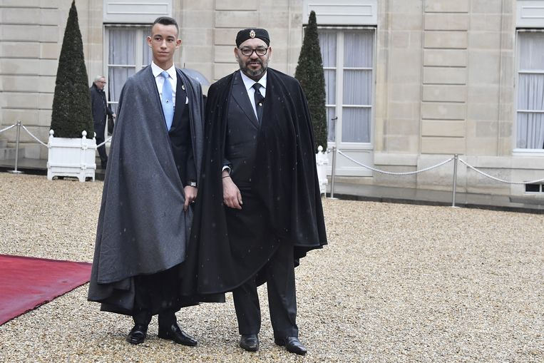 Mohammed VI met kroonprins Moulay Hassan in Parijs. Beeld Getty Images