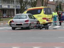 Auto en brommer botsen op Van Randwijcklaan