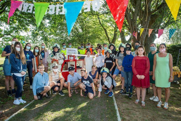De leerlingen van BuBaO Sint-Idesbald poseren fier bij hun 'Zoekinator'