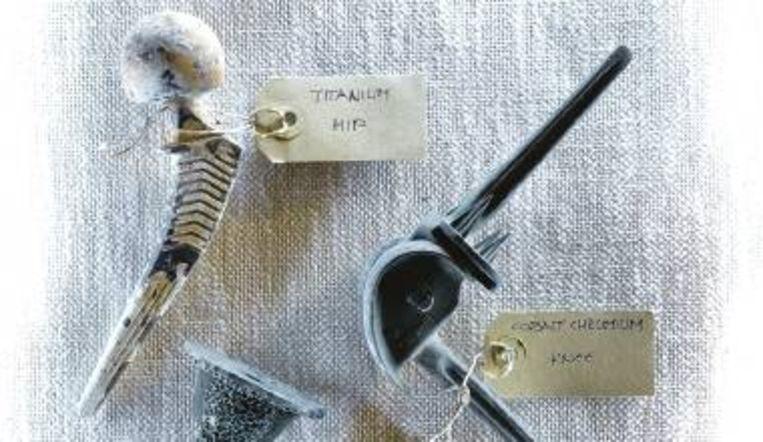 Protheses die in de as achterbleven, zoals een kunstheup of een kunstknie. (FOTO LOUIS HAAGMAN ) Beeld