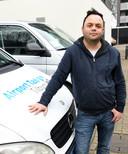 Yasin Aktulum is taxichauffeur bij Airporttaxi Tilburg.