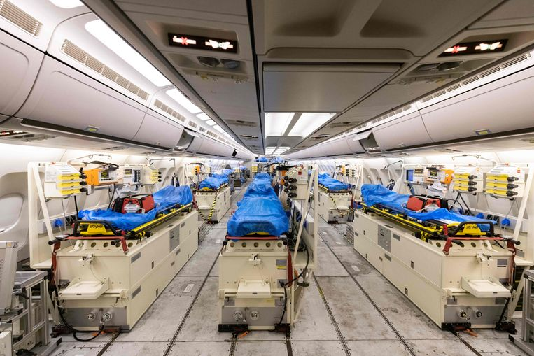 Duitsland biedt Italië hulp. Met dit militaire vliegtuig worden zes corona-patiënten uit Bergamo naar Keulen gevlogen. Nederland is ook in gesprek met Duitsland over assistentie.   Beeld AFP