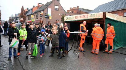 Kinderen die koeken zingen overheersen het straatbeeld