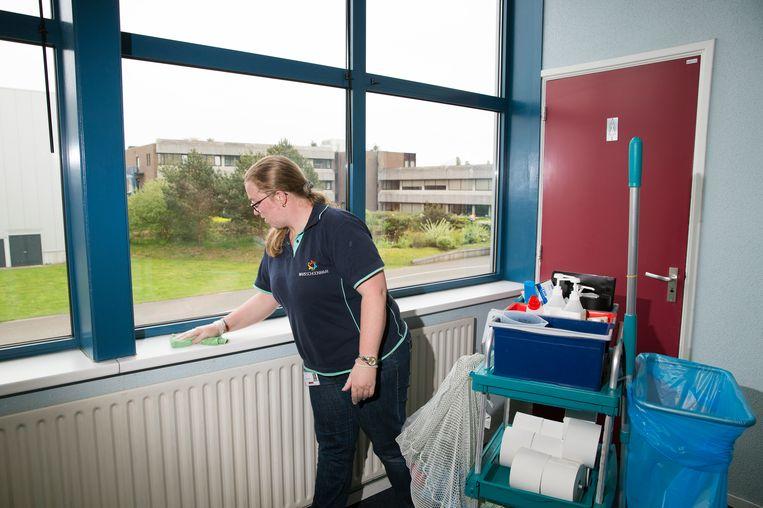 Annemiek Brouwers (30) werkt bij WVS Schoonmaak, een van de joint ventures van Vebego. Ze poetst vijf dagen per week kantoren van Fokker Techniek. Beeld Ton Toemen
