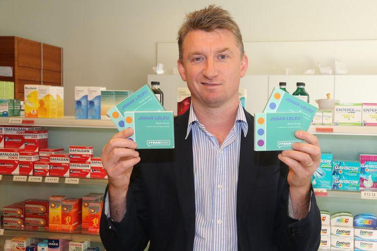 Johan Leleu met zijn doosje 'verkiezingspillen'.