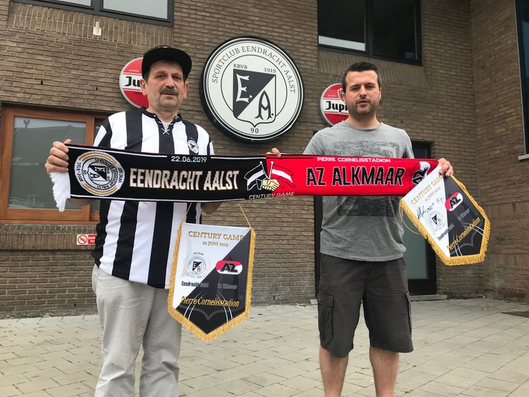 Kenneth Demaret en Yves Janssens met de Eendracht-AZ-merchandise.