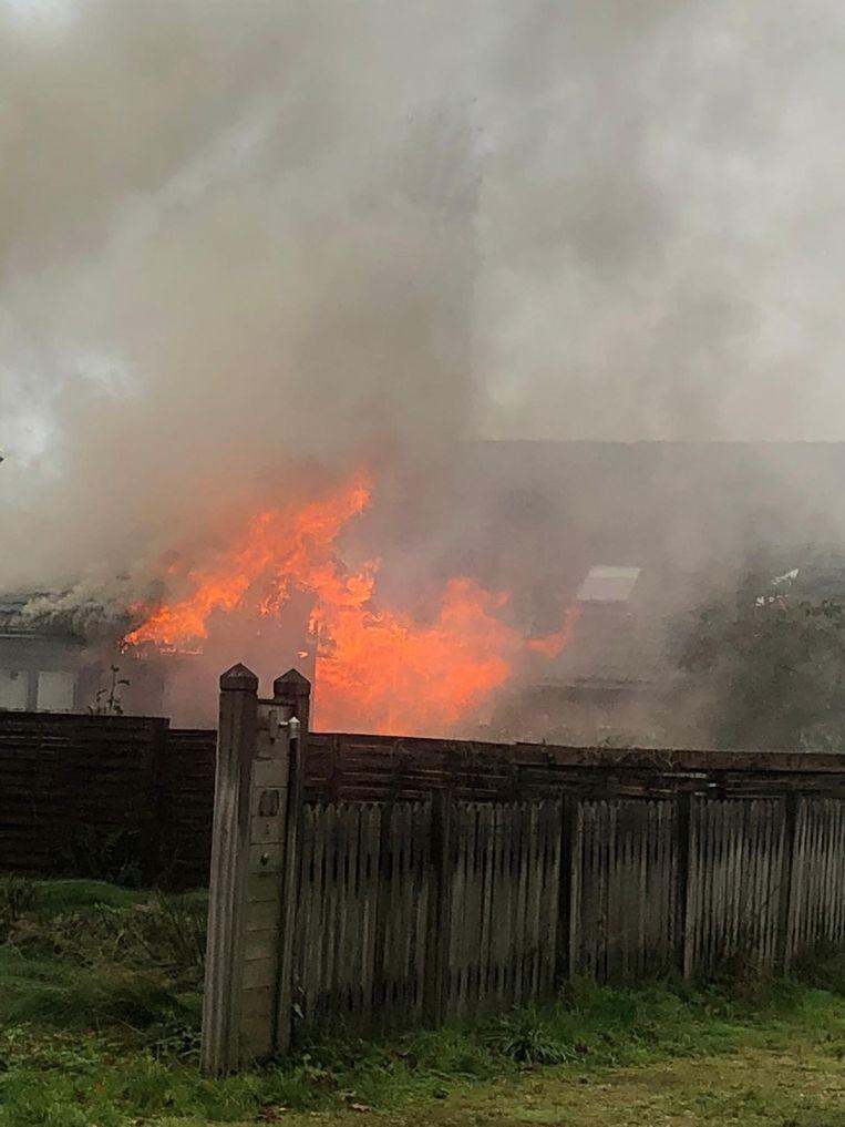 De houten chalet ging nagenoeg volledig in vlammen op.