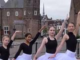 Jonge danseressen klaar voor bezoek van koning
