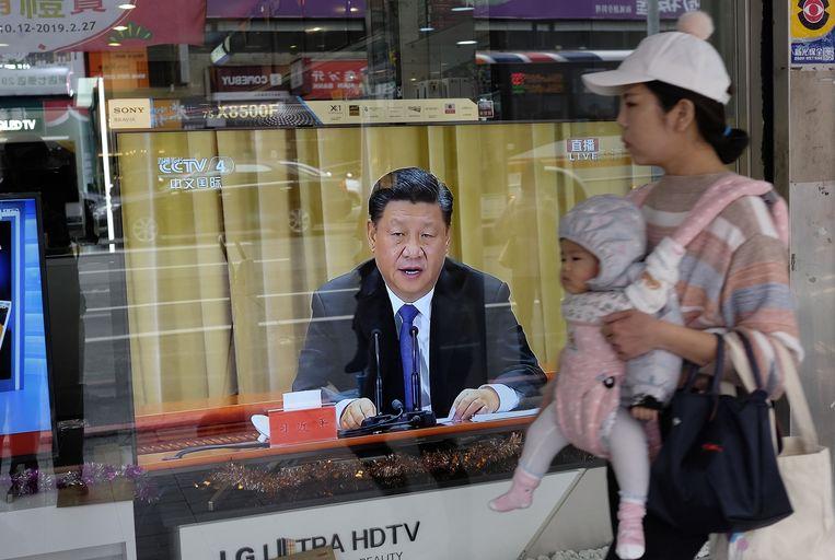 De dreigende toespraak van de Chinese leider Xi was in Taiwan overal te zien. Beeld AFP