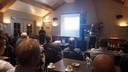 Henny van Ooij (rechts) geeft uitleg tijdens de door hem georganiseerde informatiebijeenkomst.
