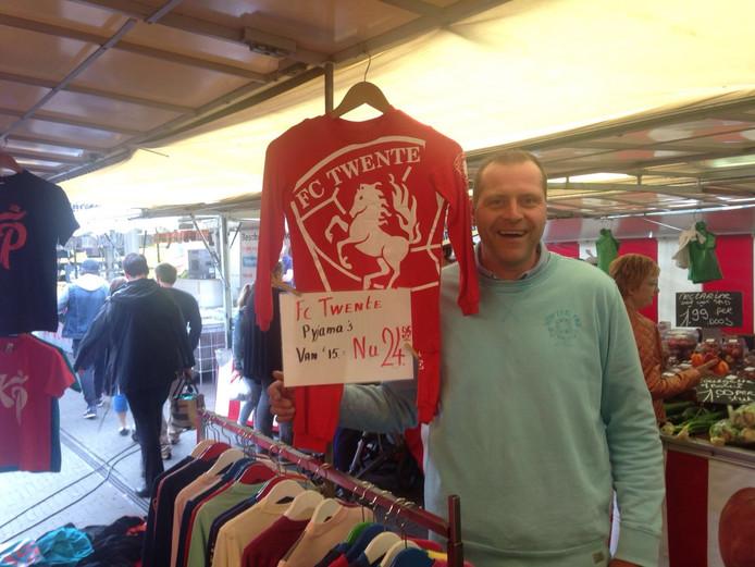 Benno Nobbenhuis met zijn Twente-pyjama op de markt in Lichtenvoorde.