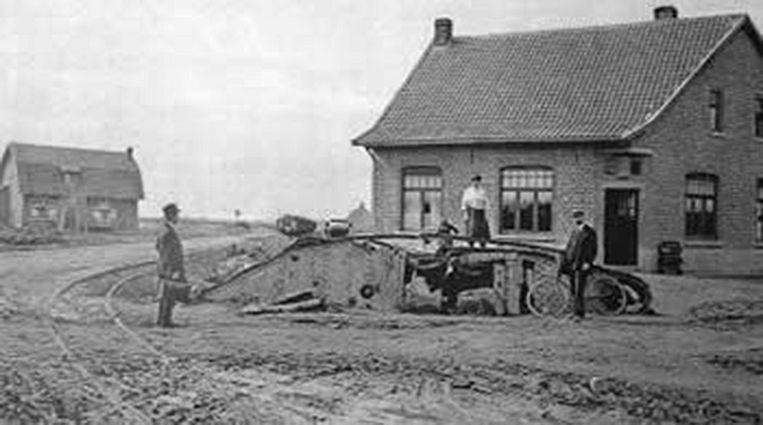 Tijdens WO I is een Britse tank voor het café gestrand.