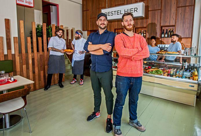 Tjeerd Hendriks (l) en Ruben Venema in hun nieuwe zaak in Rotterdam-Noord.