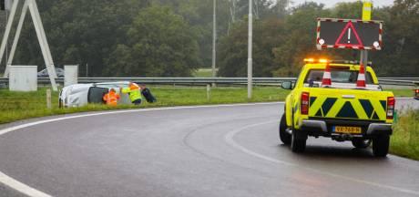 Auto vliegt over de kop bij A50-afrit in Apeldoorn