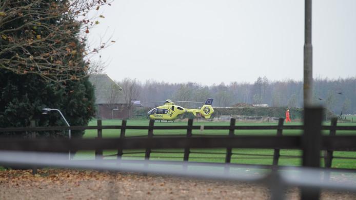 Dodelijk bedrijfsongeval op een agrarisch bedrijf aan de Achterweiweg in Raalte. Het is op het eerste gezicht nog niet duidelijk wat er gebeurd is, de Arbeidsinspectie en Forensische Opsporing doen onderzoek. Een traumahelikopter en meerdere ambulances zijn ter plaatse