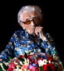 Geertje Kuijntjes op haar 112de verjaardag. Vandaag is ze jarig en blaast ze 113 kaarsjes uit.