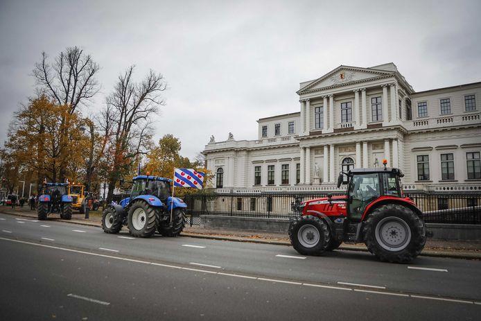 Boeren passeren met hun trekkers het provinciehuis van Noord-Holland. Ze voeren actie tegen het stikstofbeleid van de provincie.