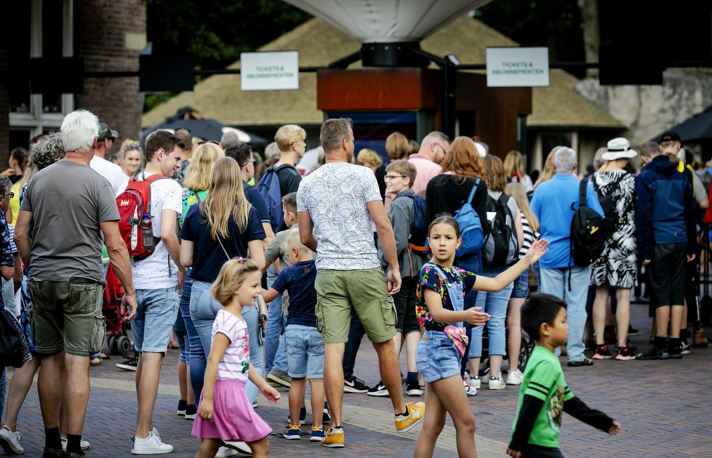 Bezoekers staan in de rij bij Ouwehands Dierenpark.