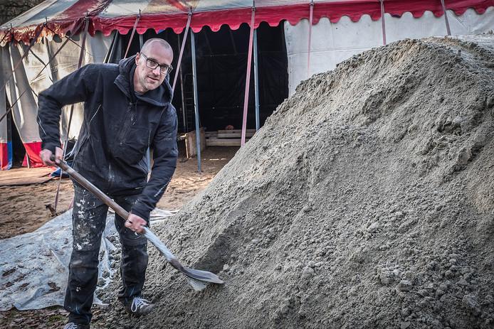 Maxim Gazendam bij de zandberg waarvan hij een kerststal zal maken.
