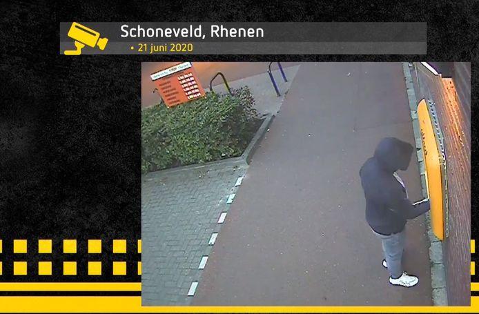 Een van de pinners in Rhenen op camerabeeld dat de politie vrijgaf.