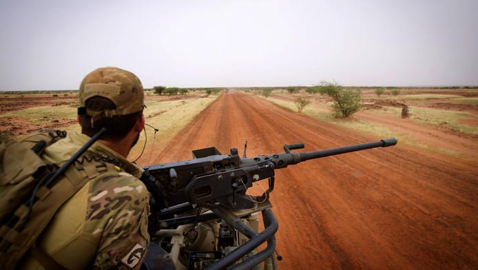 Een Nederlandse soldaat op patrouille in Mali.