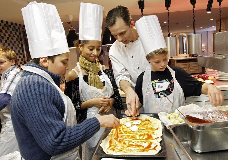 In restaurant Scossa in Amsterdam wordt een kinderkookklas gehouden, speciaal voor kinderen en hun ouders die worden bijgestaan door het Leger des Heils. Beeld ANP