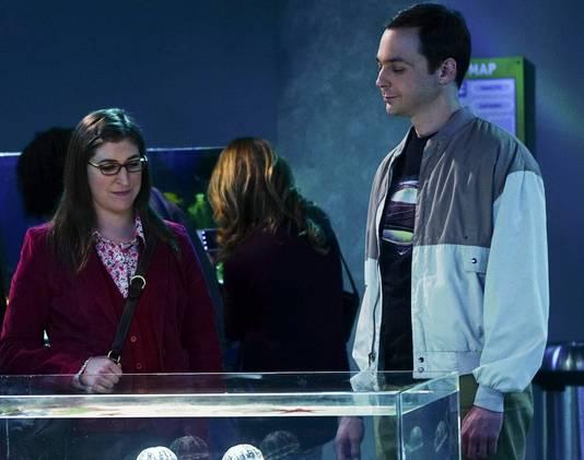 Mayim Bialik samen met Jim Parsons in de reeks 'The Big Bang Theory'.