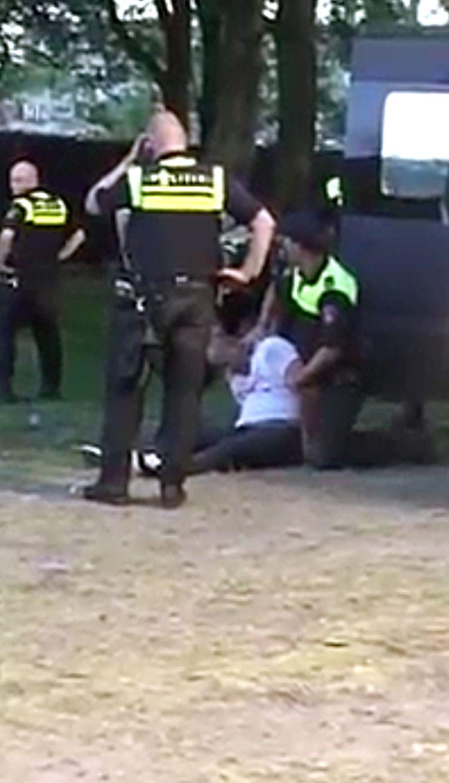 Een voorbijganger filmde de arrestatie van Henriquez en plaatste de beelden op YouTube. Beeld YouTube