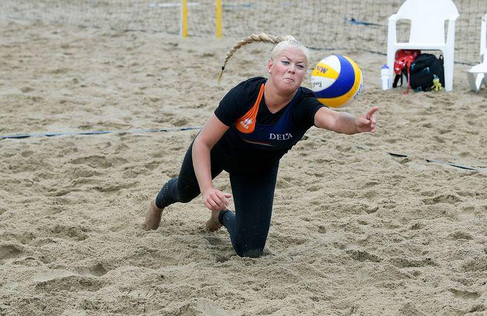 Raisa Schoon duikt naar de bal op de Copakadijk, waar zij met Katja Stam het topdivisietoernooi won.