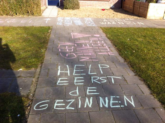 Eerdere protesten in Oss: de teksten op de stoep voor de woning aan de Jonkers van Ossstraat in de Osse wijk Krinkelhoek (archieffoto).