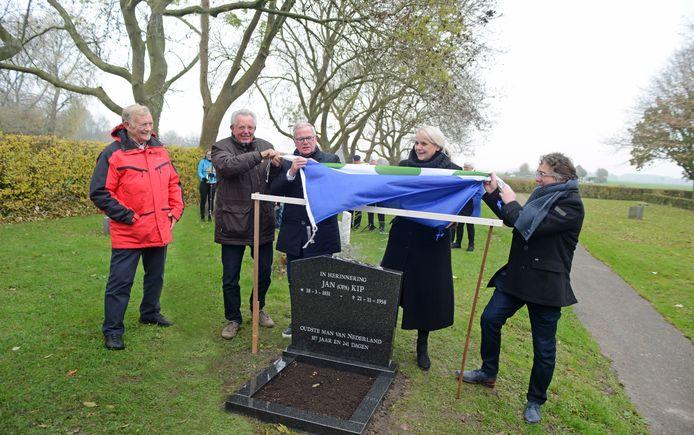 Dorpsraad-secretaris Kor van de Werve, Wim Schot, Ad Verseput, loco-burgemeester Jacqueline Van Burg en Martin Timmermans halen de Dreischorse Vlag van zijn grafsteen omhoog.