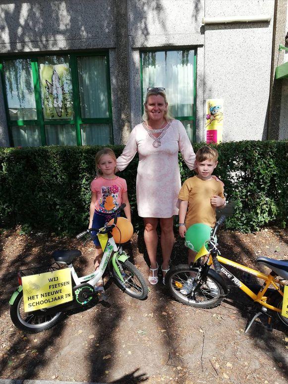 De leerlingen van De Brug kregen allemaal een kleurrijk fietsvlaggetje.