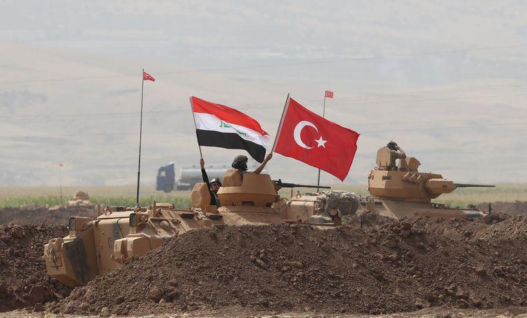 Iraakse en Turkse militairen houden gezamenlijke militaire oefeningen aan de Turks-Iraakse grens.