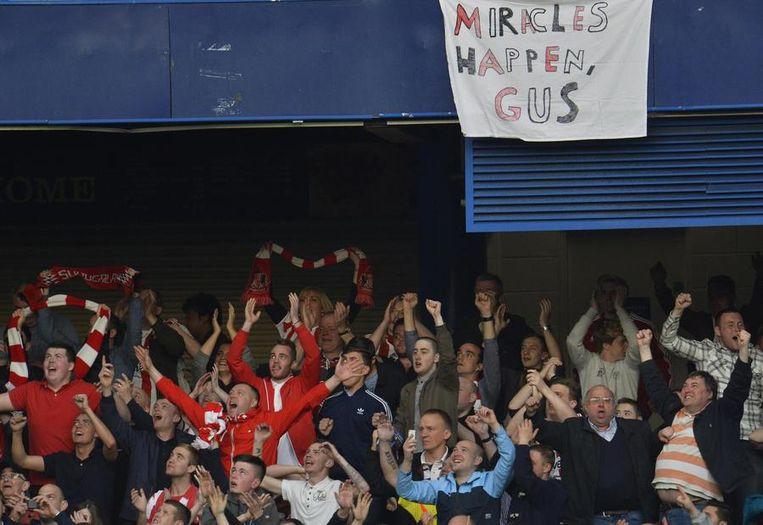 Fans van Sunderland juichen onder het spandoek 'Wonderen gebeuren, Gus (trainer Sunderland, red.)' nadat hun ploeg Chelsea heeft verslagen Beeld reuters