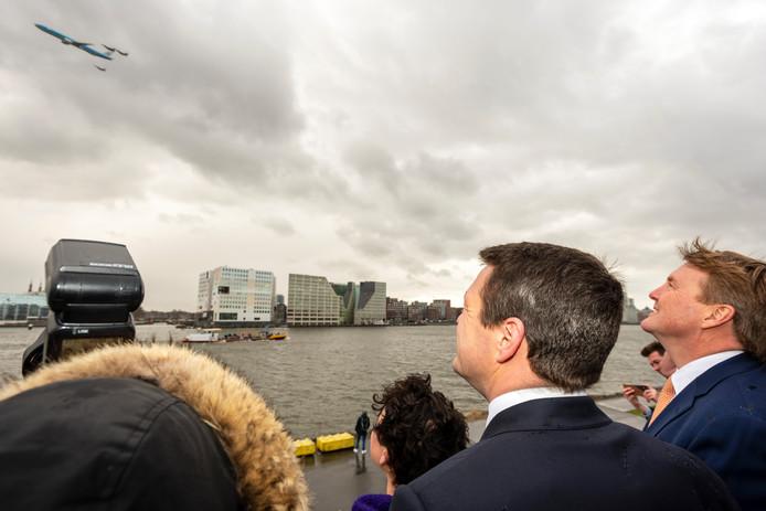 Koning Willem-Alexander bekijkt de geheime fly by.