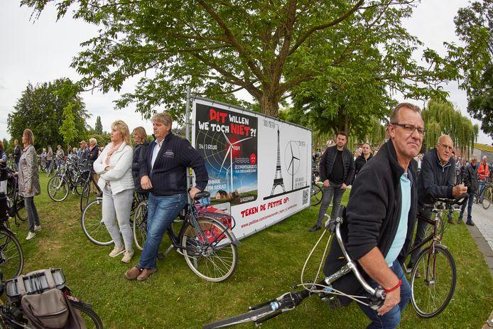 In juli werd er gedemonstreerd tegen windmolens: ruim 600 Berkellanders trokken per fiets op naar het gemeentehuis waar een petitie werd aangeboden.
