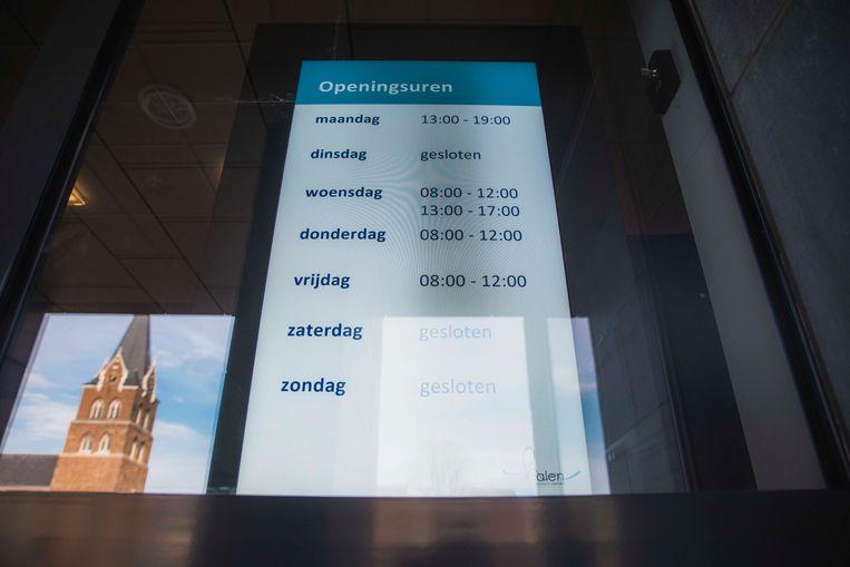 Op het scherm verschijnt een playlist met verschillende soorten informatie. In dit geval de openingsuren en een foto van de stad.