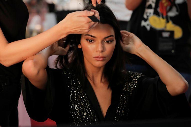 Kendall Jenner maakt zich backstage klaar.