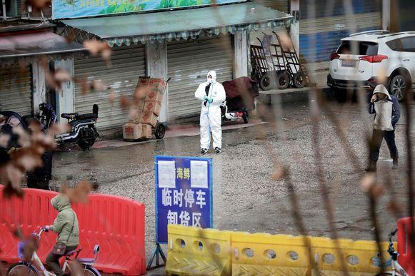 De vismarkt in Wuhan werd afgesloten. Er wordt onderzocht of er een link is tussen de vismarkt en de uitbraak van het nieuwe coronavirus.