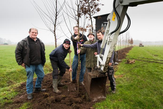 Jan Lohuis (met schop) en medebuurtbewoners planten een bomenwal pal naast het weidevogelgebied Ottershagen.