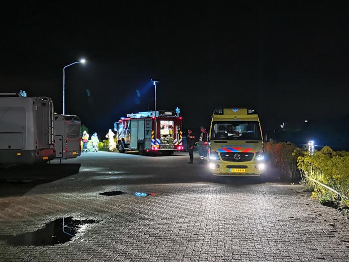 Hulpdiensten in Tolkame tijdens een zoekactie vorige week naar een vermiste man uit Tolkamer. Het lichaam van de man is donderdagochtend in de IJssel bij Zutphen gevonden.