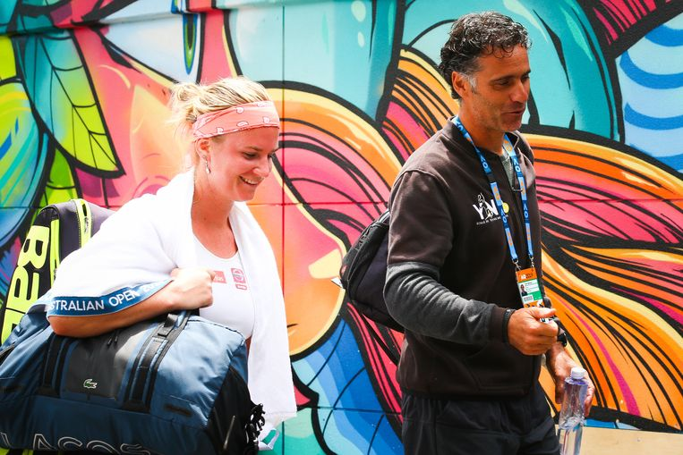 Ysaline Bonaventure met haar coach Yannis Demeroutis in Melbourne Park.
