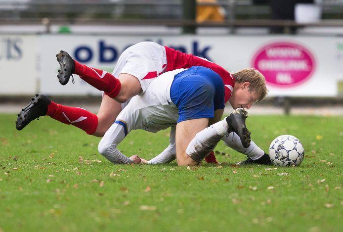 Linksback Bram Rensing van AZSV in actie tegen Rijsoord.