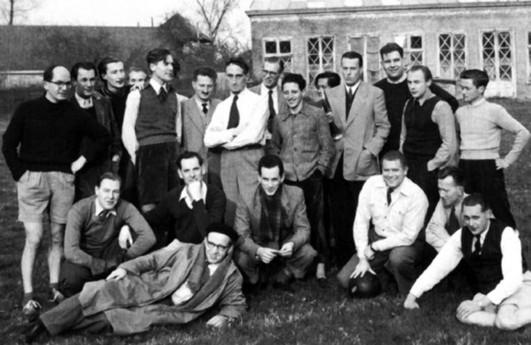 Foto genomen vlak na een partijtje voetbal van de redactie van Podium. Nagel staat uiterst links in korte broek. Vierde van rechts staat Willem Frederik Hermans, de man die Nagel later mikpunt maakte van zijn spotlust. ( FOTO UIT BESPROKEN BOEK ) Beeld