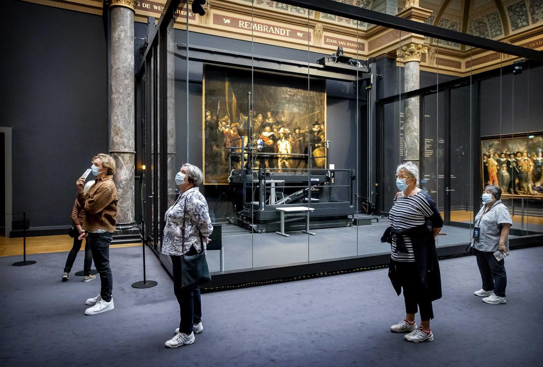 Ook in het Rijksmuseum is het dragen van mondkapjes voorlopig verplicht als coronamaatregel. Beeld EPA