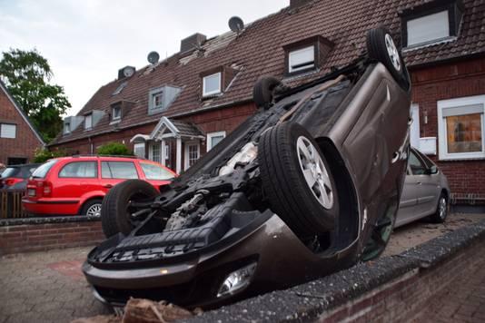 Auto ondersteboven na het natuurgeweld van vannacht in Bocholt.