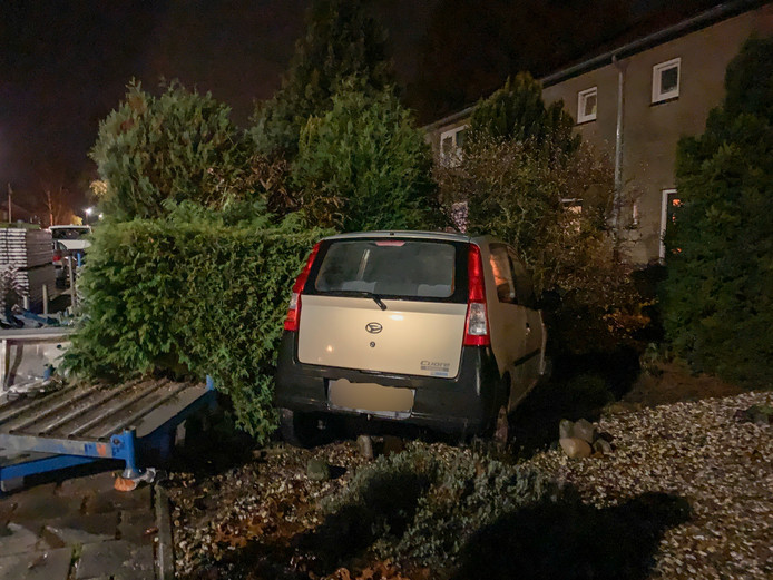 Deze auto heeft een parkeerplaats gevonden in een tuin aan de Krijgerstraat. Dat was uiteraard niet de bedoeling. De bestuurder bleef ongedeerd.