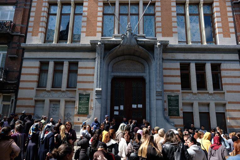 200 boze betogers voor school in Schaarbeek van mogelijk misbruikt meisje.