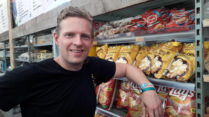 De broers Leussink doen goede zaken met hun supermarkt op Zwarte Cross.